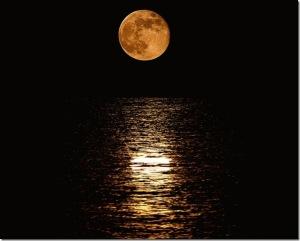 εσειότουν τ' ολοστρόγγρυλο και λαγαρό φεγγάρι